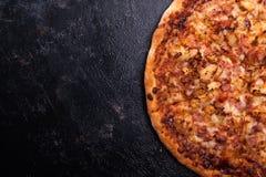 Vista alta vicina della cima di pizza al forno fresca su fondo di legno scuro Fotografia Stock