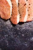 Vista alta vicina della cima su carne cruda esperta con le spezie, pepe Immagine Stock