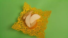 Vista alta vicina delle fette della mela disposte nel changair giallo di plastica fotografia stock libera da diritti