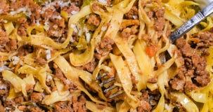 Vista alta vicina di estremo di fettuccine delizioso in pasta bolognese della salsa Fotografie Stock