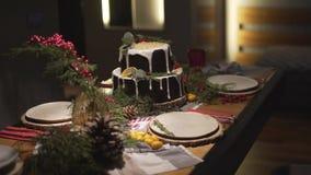 Vista alta vicina di panorama sulla bella tavola di cena di Natale decorata per la celebrazione festiva dell'atmosfera di Noel de video d archivio