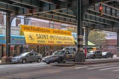 Vista alta vicina di una facciata variopinta di una delle costruzioni su Brighton Beach Avenue U.S.A. New York immagini stock libere da diritti