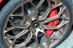 Vista alta vicina di una ruota di un Supercar di Lamborghini fotografia stock