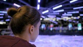 Vista alta vicina - donna che guarda intorno nel museo moderno archivi video