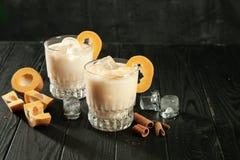 Vista alta vicina sull'uovo proteinico bianco, cocktail dell'alcool in vetri fotografie stock