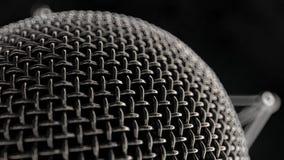 Vista alta vicina sulla testa del metallo del microfono stock footage