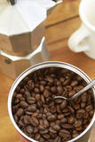 Vista ambientale dei chicchi di caffè, di Cafetiere e della tazza Fotografia Stock