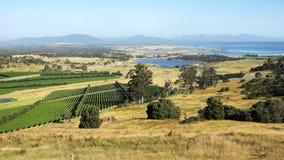 Vista amplia de la grandes bahía de la ostra y península del freycinet en Tasmania fotos de archivo