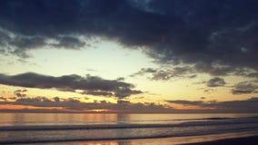 Vista amplia de la puesta del sol dramática sobre el océano almacen de metraje de vídeo