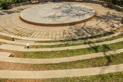 Vista amplia de pasos concretos circulares en un jardín verde, Chennai, la India, el 1 de abril de 2017 Fotos de archivo libres de regalías