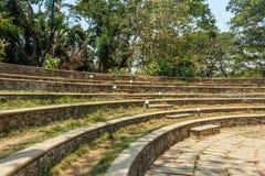 Vista amplia de pasos concretos circulares en un jardín verde, Chennai, la India, el 1 de abril de 2017 Foto de archivo libre de regalías