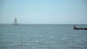 Vista amplia de un barco de vela que deriva en el océano metrajes