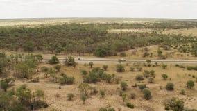 Vista amplia de una tierra con los árboles y los coches almacen de video