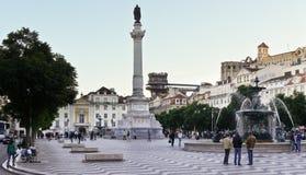 Vista amplia del cuadrado animado de Rossio en la ciudad más baja de Lisboa con varias señales Imágenes de archivo libres de regalías