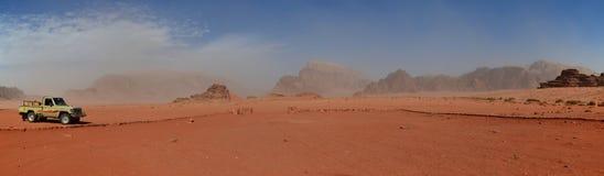 Vista amplio de la arena y de los afloramientos rocosos, Wadi Rum, Jordania Foto de archivo libre de regalías