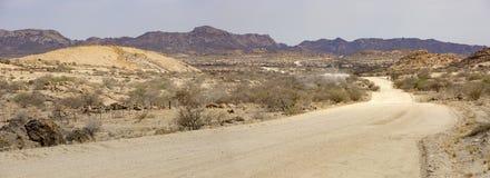 vista Ancho-cosechada de un camino polvoriento en la ruta más aventurera más larga de Windhoek a la bahía de Walvis en Namibia fotografía de archivo