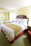 Vista angular de la cama y de la bañera Fotos de archivo