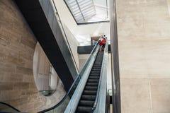 Vista angular larga à escadaria das escadas rolantes da perspectiva Imagem de Stock Royalty Free