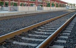 Vista angulosa de las vías locomotoras vacías del tren en un platfo de la estación imagen de archivo libre de regalías