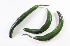 Vista angulosa superior de tres pimientas verdes del chilaca aisladas en blanco foto de archivo libre de regalías
