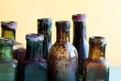 Vista antica di macro della bottiglia Insieme di vetro del flacon di progettazione d'annata sporca variopinta Fondo molle, profon Fotografie Stock