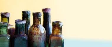 Vista antica di macro della bottiglia Insieme di vetro del flacon di progettazione d'annata sporca variopinta Fondo molle, profon Immagine Stock