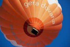 Vista ao balão de ar quente que voa sobre a cidade velha em Vilnius, Lituânia Fotografia de Stock