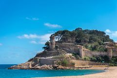 Vista ao castelo antigo e à praia em Tossa de Mar, Girona, Costa Brava, Espanha foto de stock
