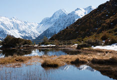 Vista ao cozinheiro do mt das lagoas alpinas vermelhas de Tarns Imagem de Stock