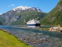 Vista ao fiorde de Geiranger, navio de cruzeiros em um fundo das montanhas, Noruega Imagens de Stock Royalty Free