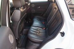 Vista ao interior da terra Rover Evoque com a porta traseira aberta e dos assentos após a limpeza antes da venda no estacionament imagem de stock