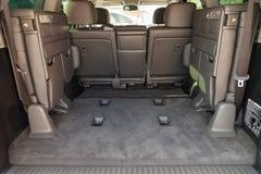Vista ao interior do Toyota Land Cruiser 200 com o compartimento de bagagem com terceira fileira dobrada dos assentos após a limp fotos de stock