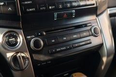 Vista ao interior do Toyota Land Cruiser 200 com painel, pulso de disparo, sistema de meios, assentos e shiftgear dianteiros após fotografia de stock royalty free