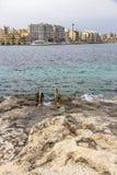 A vista ao ` juliano s do St com parte da costa da pedra calcária e o metal encalham a escada no primeiro plano, ` juliano s Malt imagem de stock