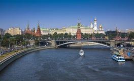 Vista ao Kremlin de Moscou da ponte sobre o rio de Moscou fotografia de stock