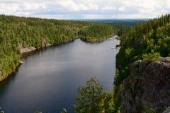 Vista ao lago entre os montes Imagens de Stock Royalty Free
