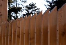 Vista ao longo da parte superior de uma tela moderna à moda da privacidade da cerca da madeira foto de stock