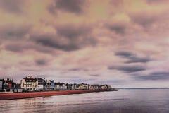 Vista ao longo das construções e do litoral bonitos do negócio, Kent, Reino Unido como visto do cais em um dia de inverno nebulos imagem de stock royalty free