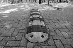 Vista ao longo de um obstáculo em uma estrada no emsland Alemanha do geeste em preto e branco foto de stock