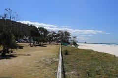 Vista ao longo de um trilho de cerca entre a costa e a praia Fotografia de Stock