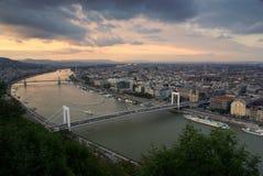 Vista ao longo do Danúbio em budapest imagem de stock