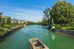 Vista ao longo do rio de Reuss na cidade suíça de Bremgarten Foto de Stock Royalty Free