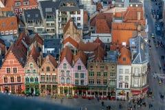 Vista ao mercado medieval Markt de Bruges com as casas decoradas coloridas da guilda fotografia de stock
