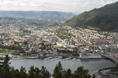 Vista ao oeste através de Bergen da montanha de Fløyen fotografia de stock royalty free