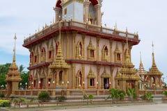 Vista ao pagode no templo de Chalong, ilha de Phuket, Tailândia imagem de stock