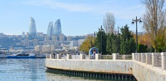 Vista ao parque de Baku National Seaside fotografia de stock royalty free