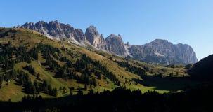 A vista ao pico/sassogher e ao gardena do grupo da montanha do geisler do puez/cir passa Imagens de Stock