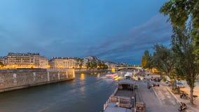 Vista ao Pont De La Tournelle no dia de Seine do rio ao timelapse da noite com terraplenagem filme