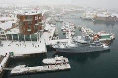 Vista ao porto de Svolvaer na queda de neve em Svolvaer, Noruega Fotos de Stock Royalty Free