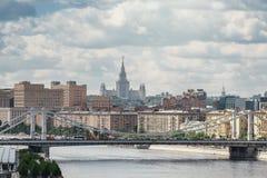 Vista ao rio de Moscou e à universidade estadual de Moscou distante foto de stock royalty free